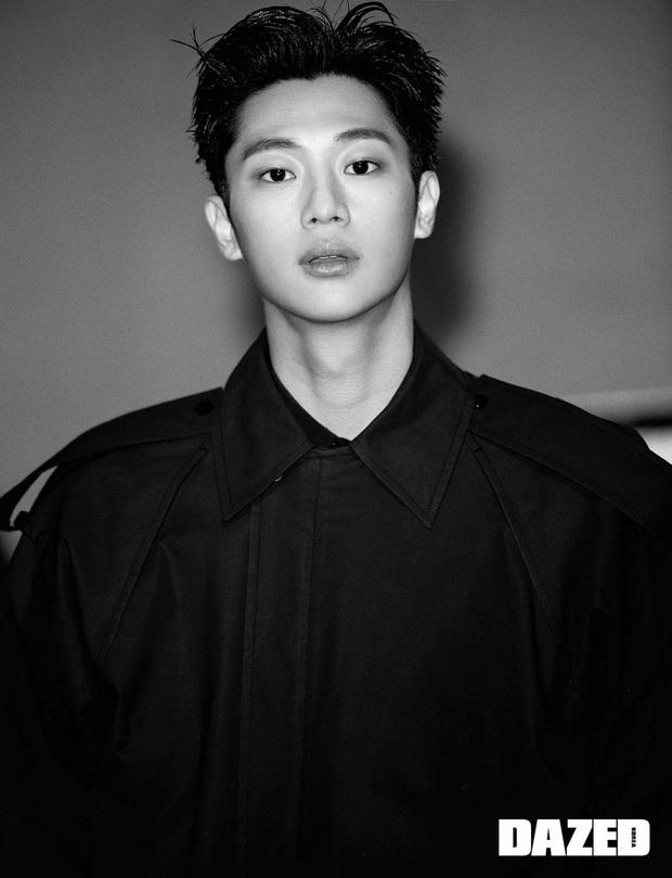 Há hốc trước ảnh tạp chí của anh lính khiến Hyun Bin ghen đỏ mắt trong Crash Landing On You: Ai ngờ bảnh thế! - Ảnh 2.