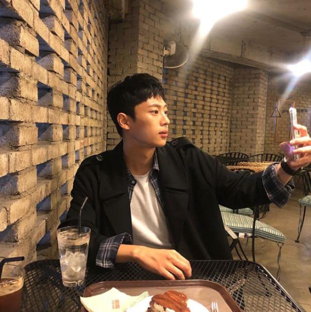 Há hốc trước ảnh tạp chí của anh lính khiến Hyun Bin ghen đỏ mắt trong Crash Landing On You: Ai ngờ bảnh thế! - Ảnh 8.