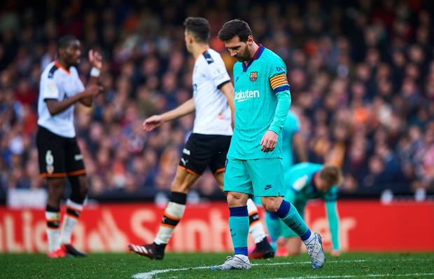 Đồng đội phản lưới nhà, Messi nhận trận thua đầu tiên dưới triều đại HLV mới - Ảnh 2.