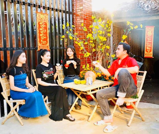 Hoa hậu tương lai nhà MC Quyền Linh chiếm trọn spotlight khi xúng xính áo dài du xuân, dìm hàng bố thê thảm bởi chiều cao vượt bậc - Ảnh 2.