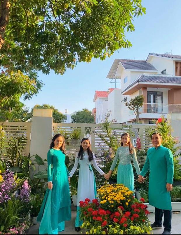 Lọ Lem - gái lớn nhà MC Quyền Linh chiếm trọn spotlight khi xúng xính áo dài du xuân, 'dìm' bố thê thảm bởi chiều cao vượt bậc