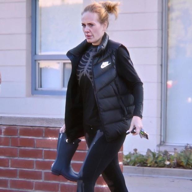 Adele diện hẳn đồ gym hình xương du xuân, nhưng dân tình chỉ chú ý đến gương mặt hốc hác của nữ ca sĩ hậu giảm 45kg - Ảnh 2.