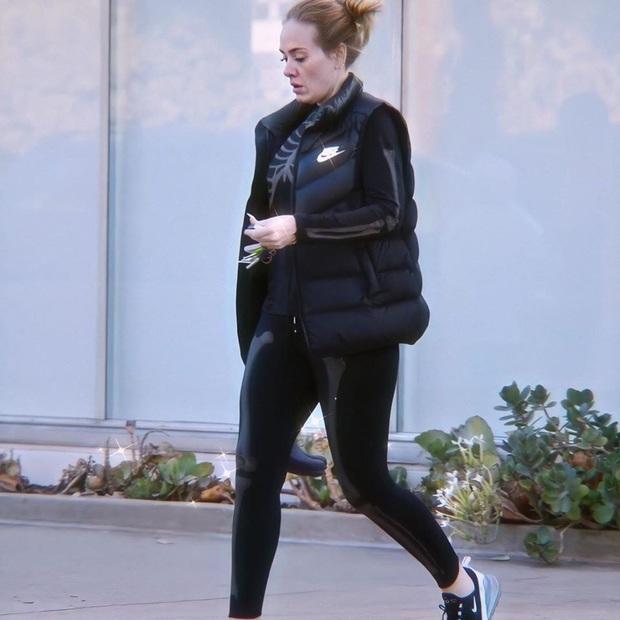Adele diện hẳn đồ gym hình xương du xuân, nhưng dân tình chỉ chú ý đến gương mặt hốc hác của nữ ca sĩ hậu giảm 45kg - Ảnh 1.