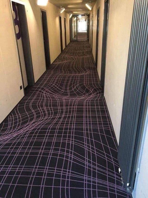 Bức ảnh gây ảo giác đầu năm: Khách sạn Đức dùng thảm 3D ngăn khách chạy nhảy ở hành lang, dân tình nhìn vào không uống cũng say - Ảnh 3.