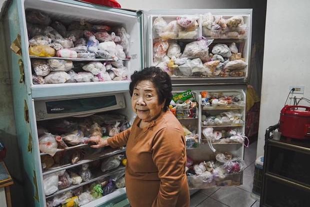 """Đầu năm, dân mạng phát... hãi trước tủ lạnh của Ngoại đầy ắp đồ ăn, túi lớn nhỏ chồng chất như tích trữ cho """"tận thế"""" - Ảnh 5."""