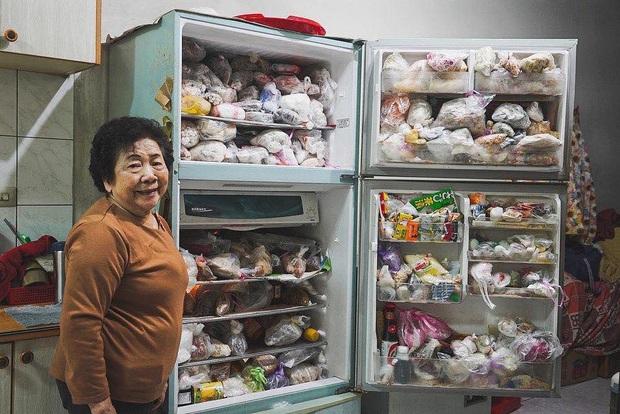"""Đầu năm, dân mạng phát... hãi trước tủ lạnh của Ngoại đầy ắp đồ ăn, túi lớn nhỏ chồng chất như tích trữ cho """"tận thế"""" - Ảnh 3."""