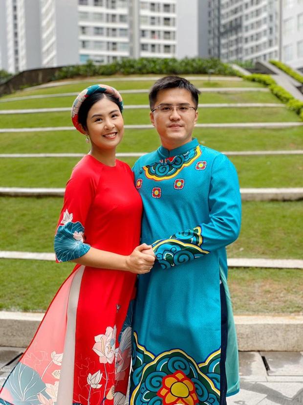 Ngọc Hân tay nắm tay tình tứ với bạn trai bên nhau cả thập kỷ, nhẫn đính hôn báo hiệu ngày cưới không còn xa - Ảnh 1.