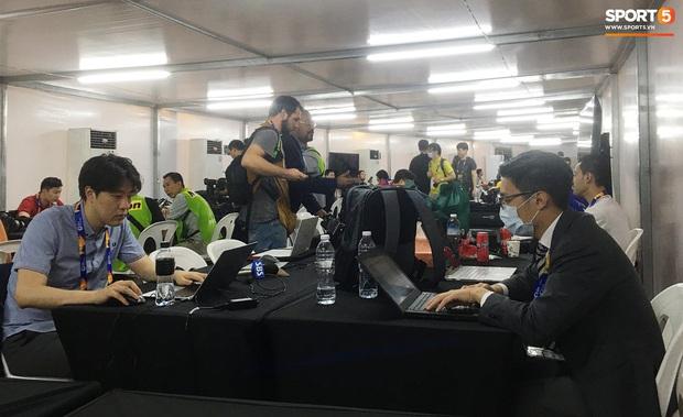 Phóng viên châu Á phòng xa virus Vũ Hán, tạo nên hình ảnh chưa từng có ở trận chung kết U23 châu Á 2020 - Ảnh 2.