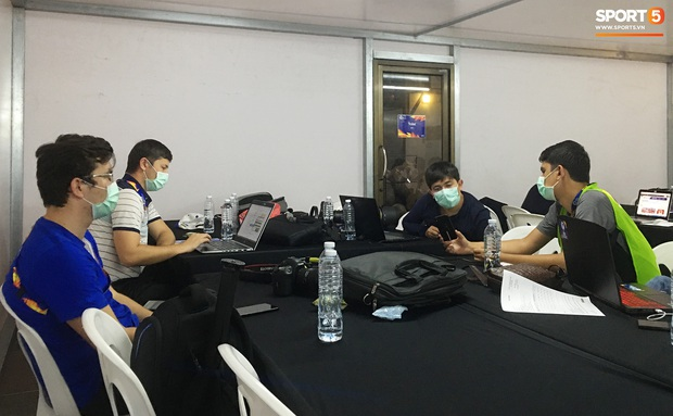 Phóng viên châu Á phòng xa virus Vũ Hán, tạo nên hình ảnh chưa từng có ở trận chung kết U23 châu Á 2020 - Ảnh 1.