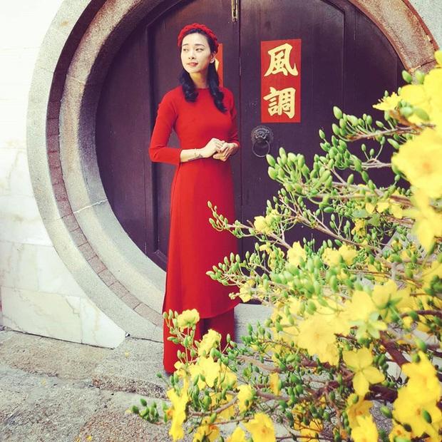 """Ngắm """"cô – cháu"""" Ngô Thanh Vân và Khả Ngân đụng công thức áo dài đỏ thắm mới bàng hoàng nhận ra: Thời gian đã bỏ quên """"đả nữ"""" 41 tuổi rồi! - Ảnh 1."""