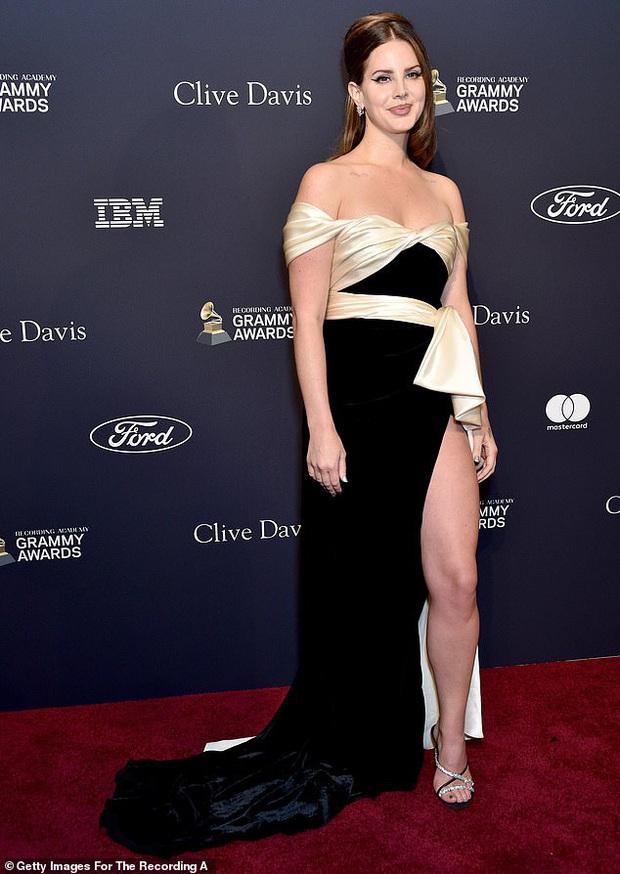 Thảm đỏ tiền Grammys: Cardi B khoe vòng 1 bỏng mắt với dáng chụp khó đỡ, Avril Lavigne và Hoa hậu Thế giới đọ sắc khốc liệt - Ảnh 4.
