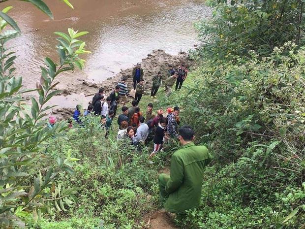 Lào Cai: Phát hiện thi thể nữ giới vùi bên bờ suối thò một cánh tay khỏi mặt đất - Ảnh 2.