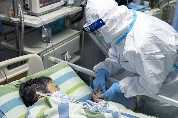 Tết Nguyên Đán trong bệnh viện Vũ Hán: Các y bác sĩ ngày đêm chiến đấu để ngăn sự bùng phát của virus corona, có người lên cơn đau tim vì quá kiệt sức - Ảnh 1.