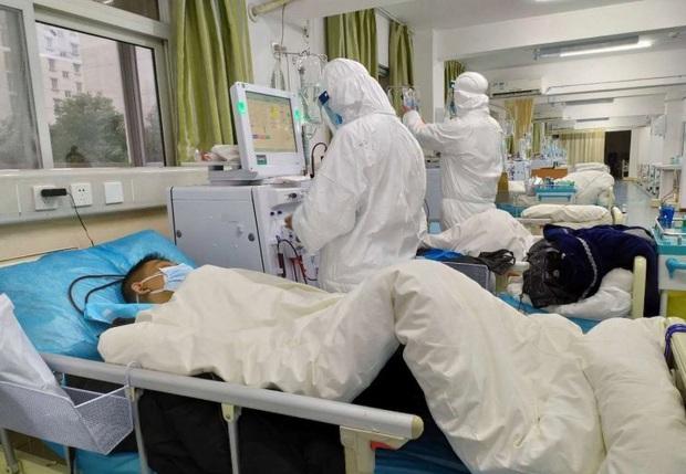 Tết Nguyên Đán trong bệnh viện Vũ Hán: Các y bác sĩ ngày đêm chiến đấu để ngăn sự bùng phát của virus corona, có người lên cơn đau tim vì quá kiệt sức - Ảnh 2.