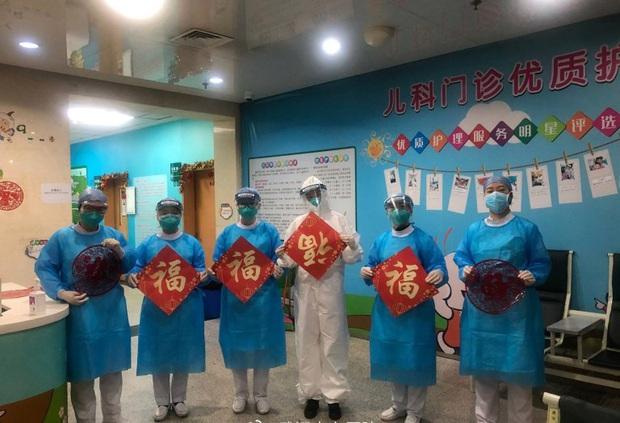 Tết Nguyên Đán trong bệnh viện Vũ Hán: Các y bác sĩ ngày đêm chiến đấu để ngăn sự bùng phát của virus corona, có người lên cơn đau tim vì quá kiệt sức - Ảnh 5.