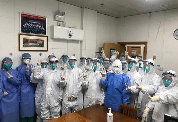 Tết Nguyên Đán trong bệnh viện Vũ Hán: Các y bác sĩ ngày đêm chiến đấu để ngăn sự bùng phát của virus corona, có người lên cơn đau tim vì quá kiệt sức - Ảnh 4.