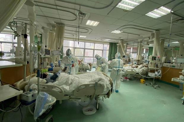 Tết Nguyên Đán trong bệnh viện Vũ Hán: Các y bác sĩ ngày đêm chiến đấu để ngăn sự bùng phát của virus corona, có người lên cơn đau tim vì quá kiệt sức - Ảnh 6.