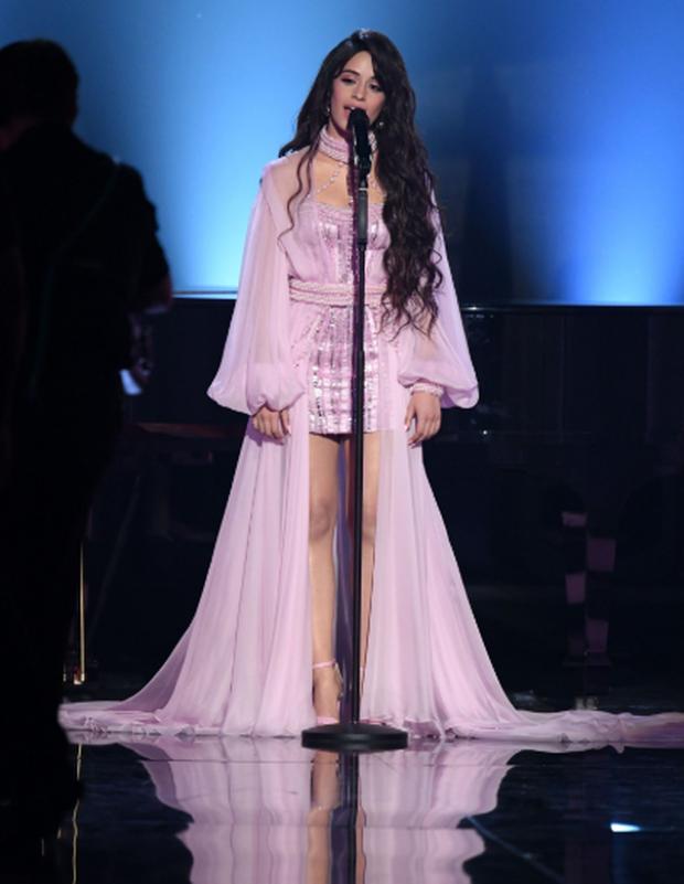 Thoát khỏi cái bóng nhạt nhòa khi đứng cạnh Shawn Mendes, Camila Cabello khiến cha của mình ngồi dưới khán đài khóc nức nở vì cảm động - Ảnh 3.