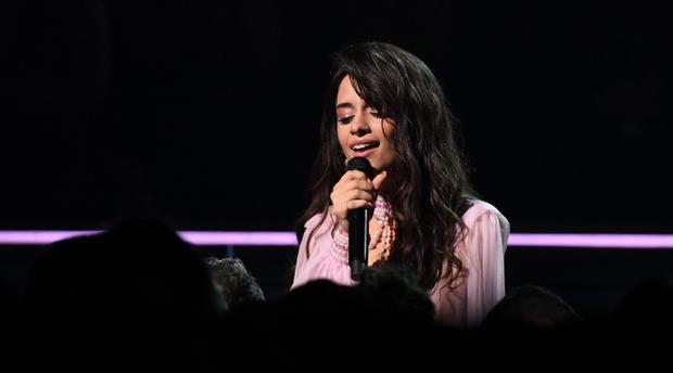 Thoát khỏi cái bóng nhạt nhòa khi đứng cạnh Shawn Mendes, Camila Cabello khiến cha của mình ngồi dưới khán đài khóc nức nở vì cảm động - Ảnh 4.