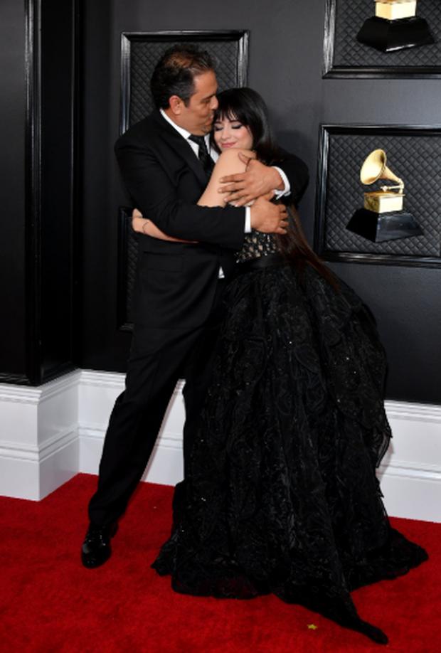 Thoát khỏi cái bóng nhạt nhòa khi đứng cạnh Shawn Mendes, Camila Cabello khiến cha của mình ngồi dưới khán đài khóc nức nở vì cảm động - Ảnh 7.