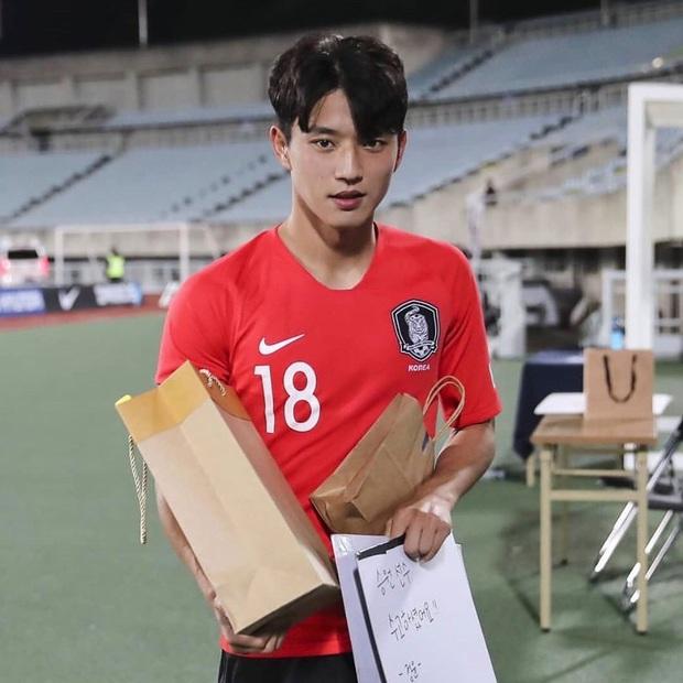 Vui chơi Festival Âm lịch không quên nhiệm vụ tia trai, cầu thủ đẹp trai nhất Hàn Quốc lần thứ n rơi vào tầm ngắm của chị em - Ảnh 8.