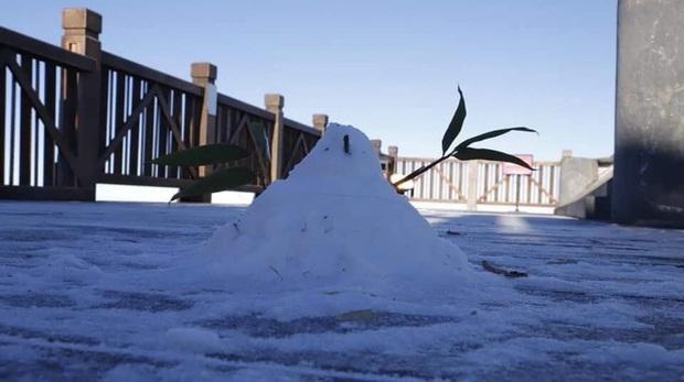 Giữa mùng 3 Tết, băng tuyết xuất hiện ở Sa Pa, dân tình lại dập dìu lên lịch cho chuyến đi đầu tiên trong năm - Ảnh 2.