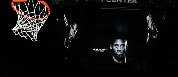 Những giọt nước mắt lăn dài tại NBA trong ngày huyền thoại Kobe Bryant vẫy tay từ biệt - Ảnh 1.