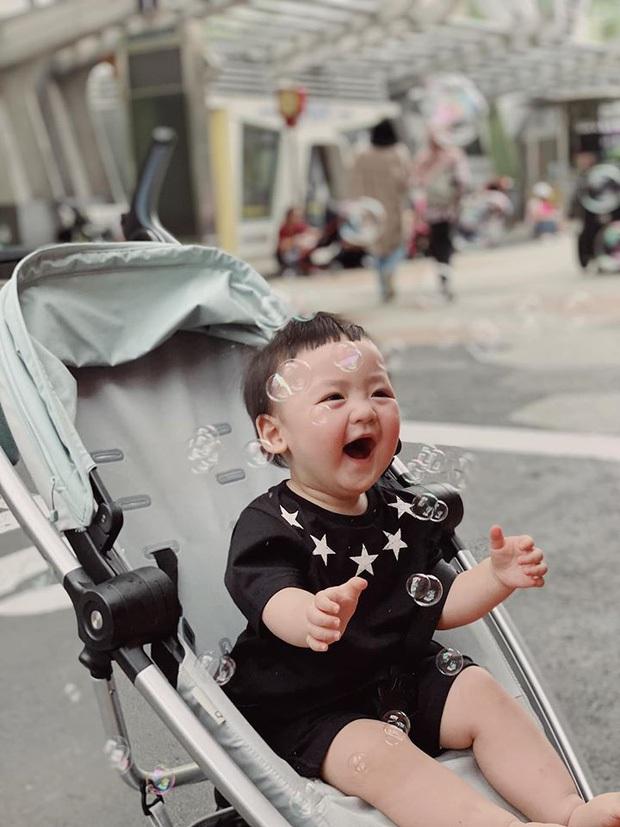 Con trai Á hậu Tú Anh hơn 1 tuổi đã lớn phổng phao, lại có kiểu tóc y chang bé Sa dễ thương vô đối khi cùng mẹ đi chơi Tết - Ảnh 6.