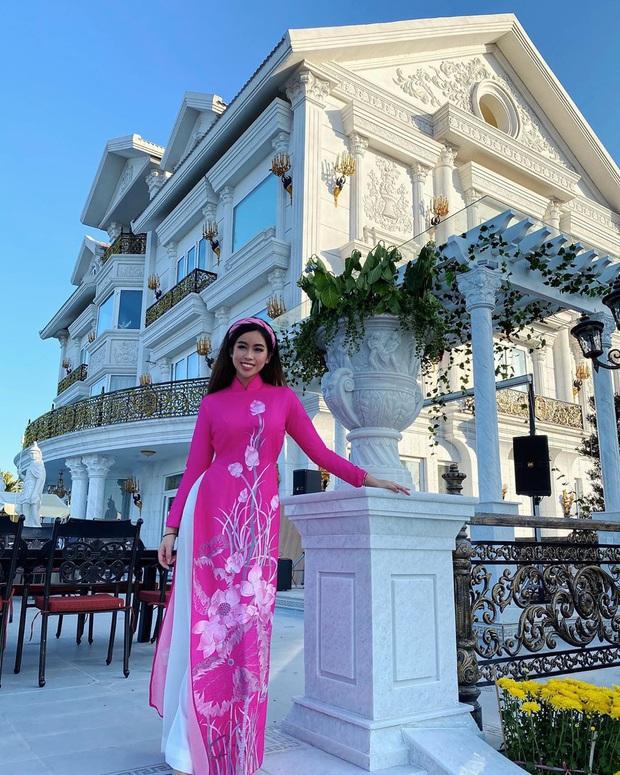 Khoe dăm ba cái ảnh Tết, Tiên Nguyễn lại khiến dân tình choáng váng trước căn biệt thự to đùng và xa xỉ ở Sài Gòn - Ảnh 2.