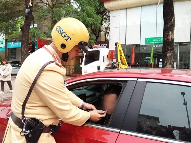 Vi phạm nồng độ cồn, người đàn ông bị tạm giữ phương tiện và GPLX được CSGT vẫy hộ taxi để gia đình tiếp tục du xuân - Ảnh 3.