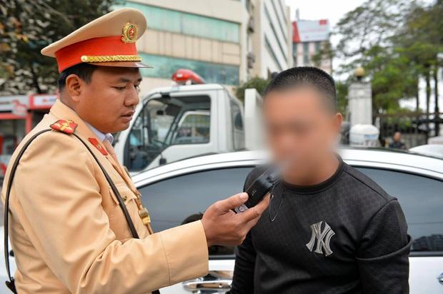 Vi phạm nồng độ cồn, người đàn ông bị tạm giữ phương tiện và GPLX được CSGT vẫy hộ taxi để gia đình tiếp tục du xuân - Ảnh 6.