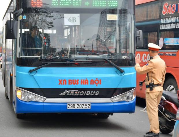 Vi phạm nồng độ cồn, người đàn ông bị tạm giữ phương tiện và GPLX được CSGT vẫy hộ taxi để gia đình tiếp tục du xuân - Ảnh 8.