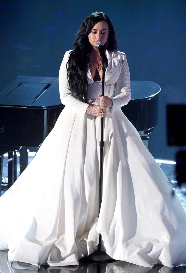 Demi Lovato trình diễn đẫm nước mắt trong màn tái xuất tại Grammy 2020, cả khán đài đứng dậy vỗ tay không ngớt - Ảnh 5.