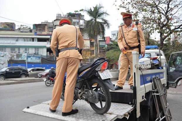 Vi phạm nồng độ cồn, người đàn ông bị tạm giữ phương tiện và GPLX được CSGT vẫy hộ taxi để gia đình tiếp tục du xuân - Ảnh 11.
