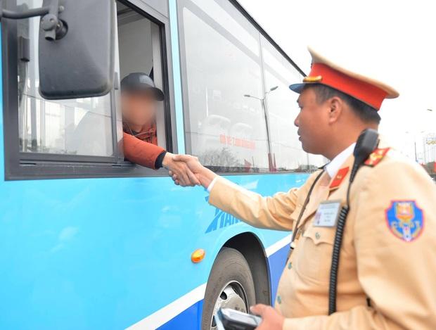 Vi phạm nồng độ cồn, người đàn ông bị tạm giữ phương tiện và GPLX được CSGT vẫy hộ taxi để gia đình tiếp tục du xuân - Ảnh 10.
