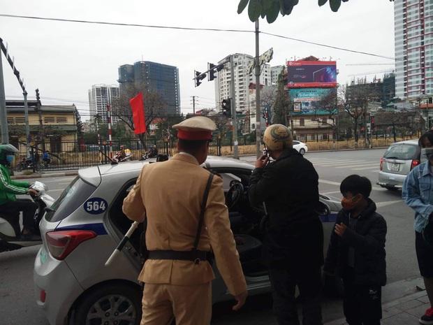 Vi phạm nồng độ cồn, người đàn ông bị tạm giữ phương tiện và GPLX được CSGT vẫy hộ taxi để gia đình tiếp tục du xuân - Ảnh 2.