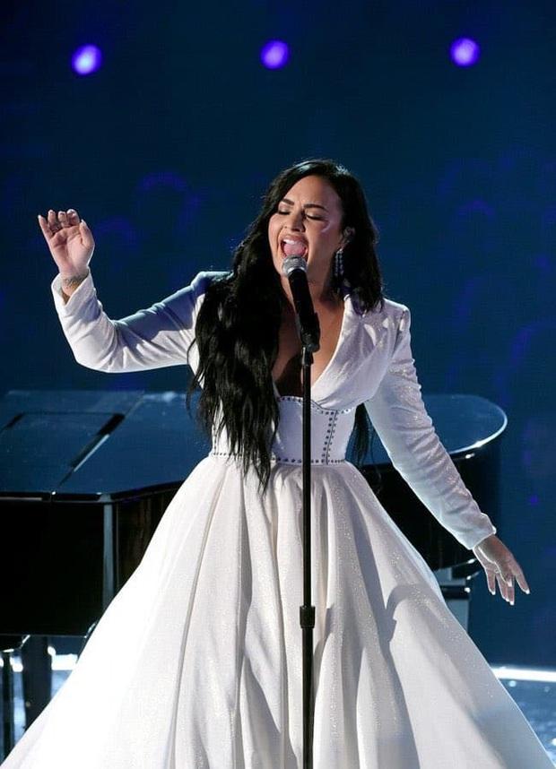 Ấn tượng Grammy 2020: Alicia Keys tri ân huyền thoại Kobe Bryant mới mất, Demi Lovato khóc nức nở và nụ cười gượng của Ariana Grande - Ảnh 9.