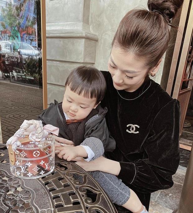 Con trai Á hậu Tú Anh hơn 1 tuổi đã lớn phổng phao, lại có kiểu tóc y chang bé Sa dễ thương vô đối khi cùng mẹ đi chơi Tết - Ảnh 2.