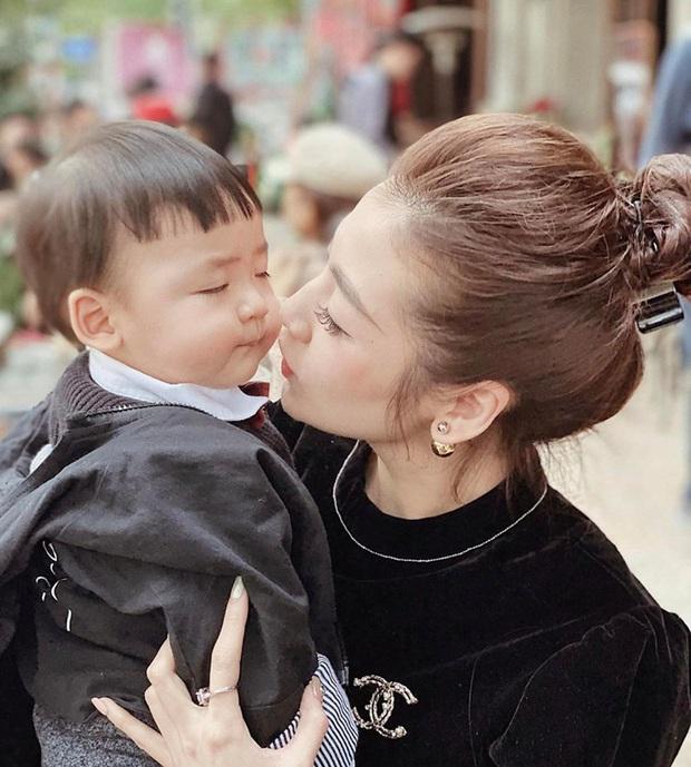 Con trai Á hậu Tú Anh hơn 1 tuổi đã lớn phổng phao, lại có kiểu tóc y chang bé Sa dễ thương vô đối khi cùng mẹ đi chơi Tết - Ảnh 3.