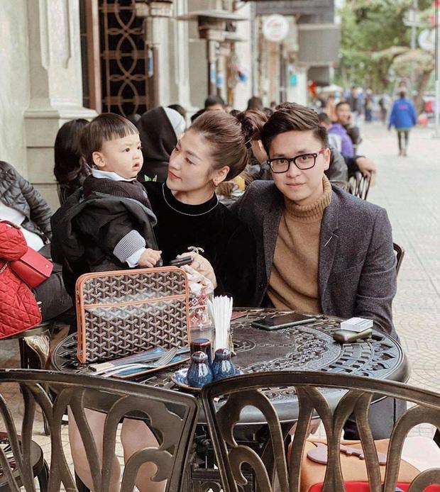 Con trai Á hậu Tú Anh hơn 1 tuổi đã lớn phổng phao, lại có kiểu tóc y chang bé Sa dễ thương vô đối khi cùng mẹ đi chơi Tết - Ảnh 1.