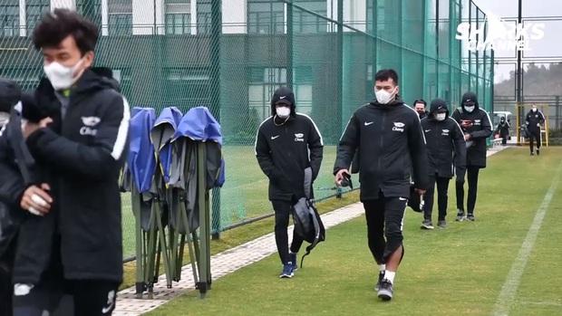 Đắng lòng đội bóng Thái Lan mắc kẹt ở Trung Quốc vì virus Corona: Cầu thủ đeo khẩu trang đi tập, xin về nước do quá sợ hãi - Ảnh 1.