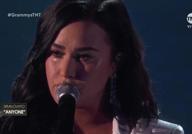 Demi Lovato trình diễn đẫm nước mắt trong màn tái xuất tại Grammy 2020, cả khán đài đứng dậy vỗ tay không ngớt - Ảnh 4.