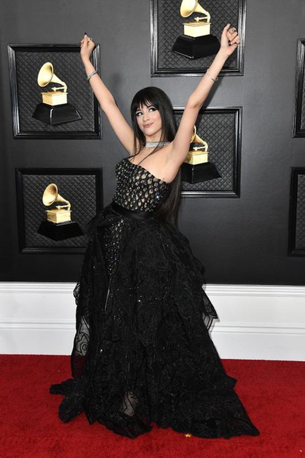 """Siêu thảm đỏ Grammy 2020: Ariana Grande chặt chém với đầm cồng kềnh, BTS """"gây nổ"""" bên vợ chồng Nick Jonas và Hoa hậu - Ảnh 10."""