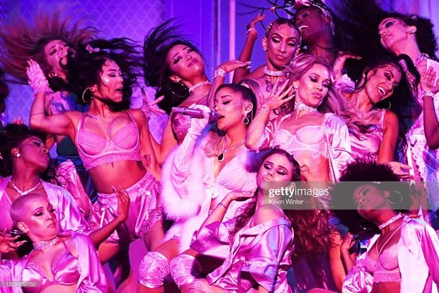 Ariana Grande cứu cả Grammy: Sân khấu hoành tráng, hát lèo một loạt hit khoe giọng đỉnh cao khiến ai cũng trầm trồ! - Ảnh 4.
