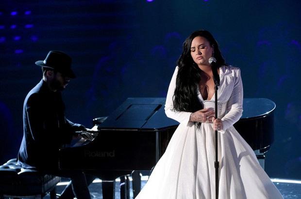 Demi Lovato trình diễn đẫm nước mắt trong màn tái xuất tại Grammy 2020, cả khán đài đứng dậy vỗ tay không ngớt