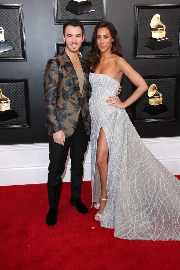 """Siêu thảm đỏ Grammy 2020: Ariana Grande chặt chém với đầm cồng kềnh, BTS """"gây nổ"""" bên vợ chồng Nick Jonas và Hoa hậu - Ảnh 20."""