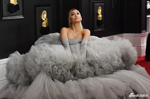 """Siêu thảm đỏ Grammy 2020: Ariana Grande chặt chém với đầm cồng kềnh, BTS """"gây nổ"""" bên vợ chồng Nick Jonas và Hoa hậu - Ảnh 4."""
