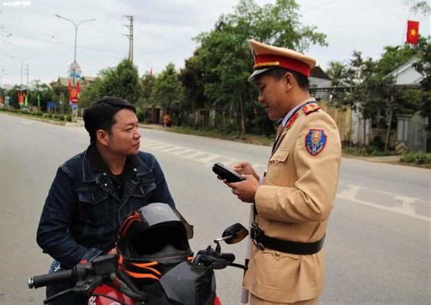 Uống rượu đầu năm mới, nam thanh niên dân tộc Thái bị phạt mất tháng lương do lỗi nồng độ cồn - Ảnh 1.