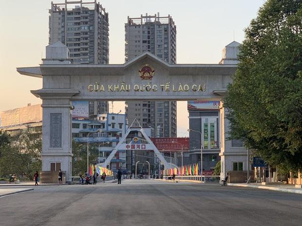 Kiểm tra thân nhiệt tất cả khách xuất nhập cảnh qua cửa khẩu Lào Cai - Ảnh 2.