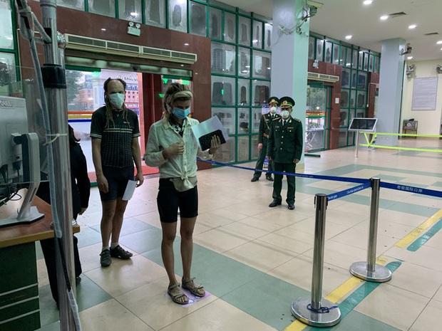 Kiểm tra thân nhiệt tất cả khách xuất nhập cảnh qua cửa khẩu Lào Cai - Ảnh 3.